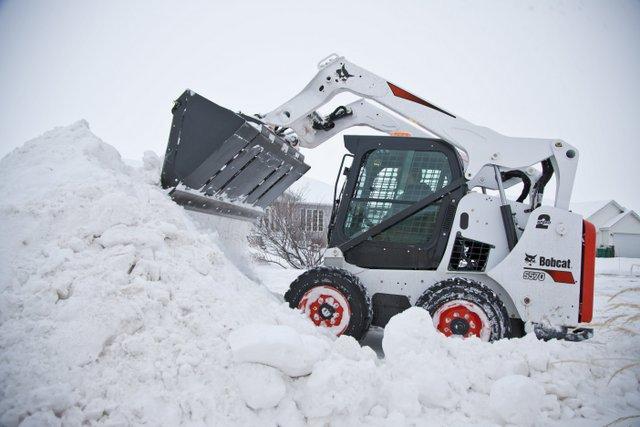 bobcat-m2-series-s570 snow skid steer