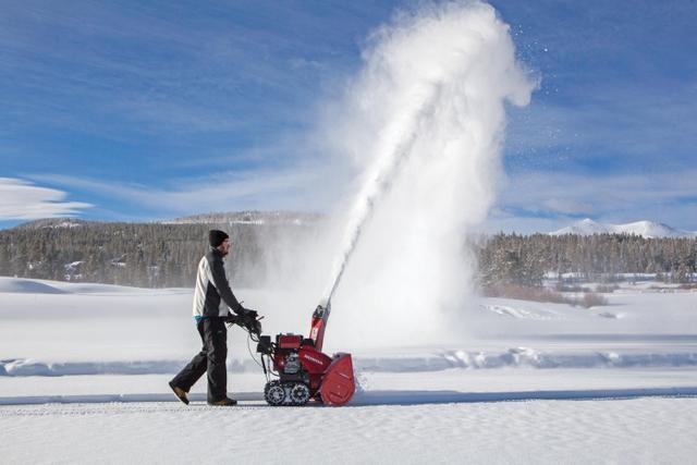 Honda_HSS1332_01-snowblower-cut-121